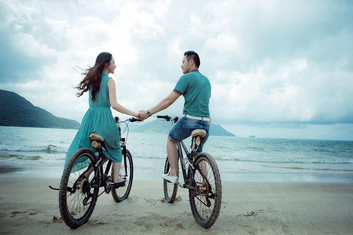 cycling-couple-beach-dating-cyclists