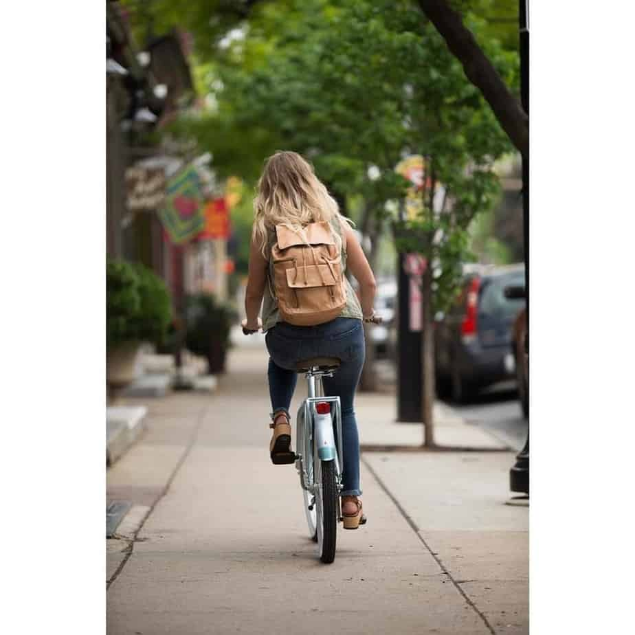 woman-bike-commuting-city